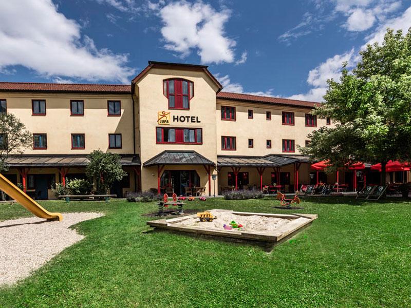 hotelansicht-jufa-hotel-maria-lankowitz-spielplatz-sommer-1440x960